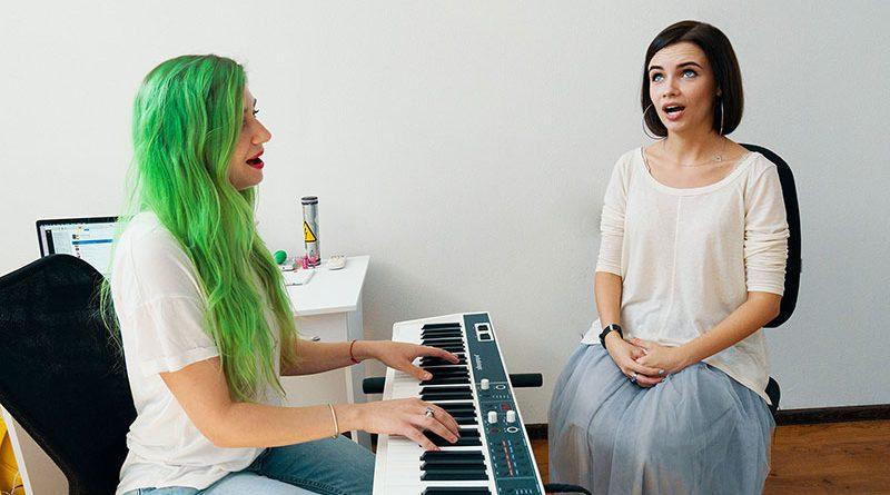 Рейтинг школ вокала в Москве. Топ студий вокала, где можно начать курс обучения вокалу и записаться на бесплатные уроки!